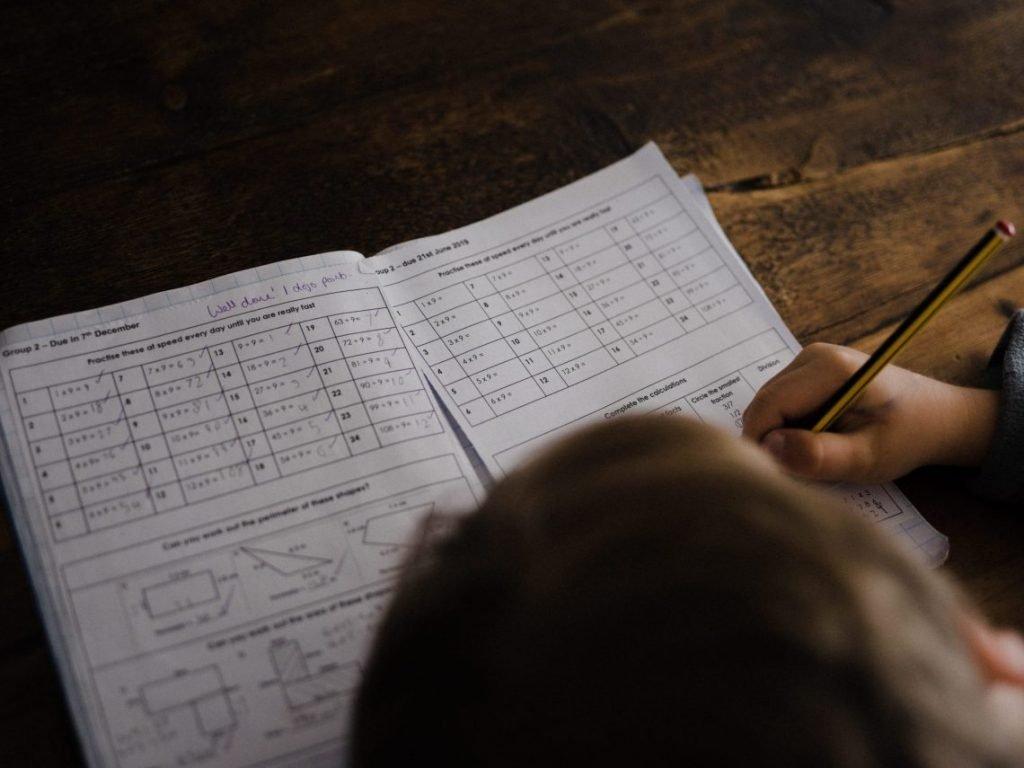 colegio con grupos reducidos aprendizaje, habilidades en los niños.